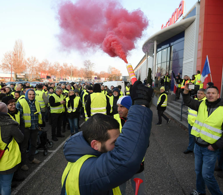 Macron surrender to yellow vest protesters to cost €10bn